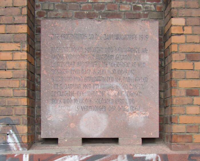 Gedenkplatte am Bahnhof Leutzsch