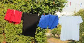 Rote Hose, schwarzes Hemd