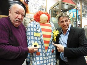 Hans-Dieter Hormann und Thorsten Wolf mit Clown Ferdinands Originalkostüm